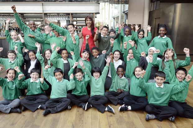 Enfield Independent: Carterhatch Primary school pupils with soprano Danielle De Niese